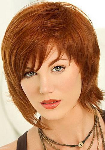 Стрижка на среднюю длину волос для круглого лица с челкой